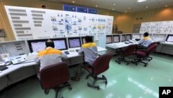 In this photo released by the International Iran Photo Agency, Iranian technicians work at the Bushehr nuclear power plant, outside the southern city of Bushehr, 23 Aug 2010