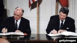 AQSh Prezidenti Ronald Reygan (o'ngda) va Sovet Ittifoqi yetakchisi Mixail Gorbachyov O'rta va qisqa masofaga uchadigan raketalarni yo'q qilish bo'yicha bitimni imzolamoqda, Oq uy, 1987-yil.