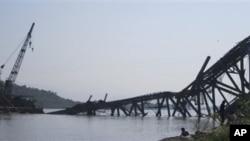 ေရႊဘိုၿမိဳ႕ အေရွ႕ဘက္ တည္ေဆာက္ဆဲ ဧရာ၀တီျမစ္ကူး တံတားတခု ငလ်င္ေၾကာင့္ ထိခိုက္ပ်က္စီးခဲ့ရပံု။ (ႏို၀င္ဘာလ ၁၁ ရက္၊ ၂၀၁၂)။