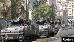 Konvoi tentara Lebanon berpatroli di daerah terjadinya bentrokan antara warga Sunni dan Syiah di Beirut, Senin (22/10).