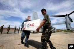 Binh sĩ Mỹ và Philippines dỡ vật phẩm cứu trợ nạn nhân bão Haiyan 18/12/2013