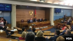 Evropski komesar za proširenje i susjedsku politiku Oliver Varhelji obraća se poslanicima Skupštine Crne Gore (Foto: VOA/Predrag Milić)