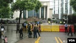 長沙市中級法院外戒備森嚴 (推特圖片)