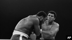 Mohamed Ali et Joe Frazier sur le ring à Manille, Philippines, le 1 octobre 1975.