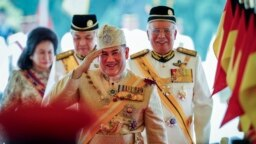 Quốc vương Malaysia Muhammad V (giữa).