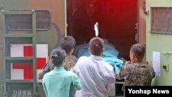 한국 동부전선 GOP(일반전초)에서 총기난사 뒤 무장탈영한 임모 병장이 23일 자살을 시도한 뒤 강릉 아산병원에 도착, 응급실로 옮겨지고 있다.