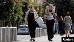 ARHIVA: Žene sa maskama na licu na ulici u Podgorici (Foto: Reuters/Stevo Vasiljević)