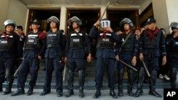12일 태국 방콕 정부 청사 주변에서 반정부 시위가 계속된 가운데, 경찰들이 산림부 청사 입구를 지키고 있다.