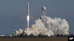 """""""Antares"""" tijoriy raketasining NASA ga tegishli markazdan fazoga uchirilishi. 21-aprel 2013."""