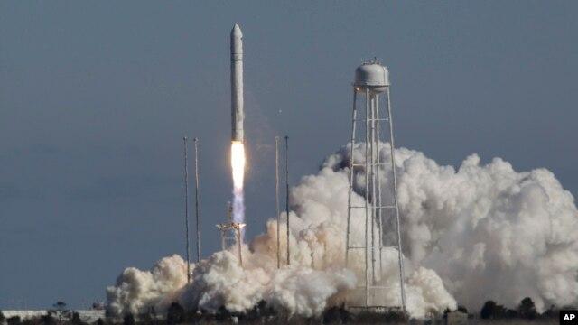 Orbital Sciences Corporation meluncurkan roket pertamanya, roket Antares dari fasilitas peluncuran NASA di kepulauan Wallops, negara bagian Virginia, Minggu (21/4).