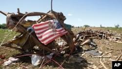 Una bandera fue colocada sobre parte de los escombros que quedaron en Woodward, Oklahoma.