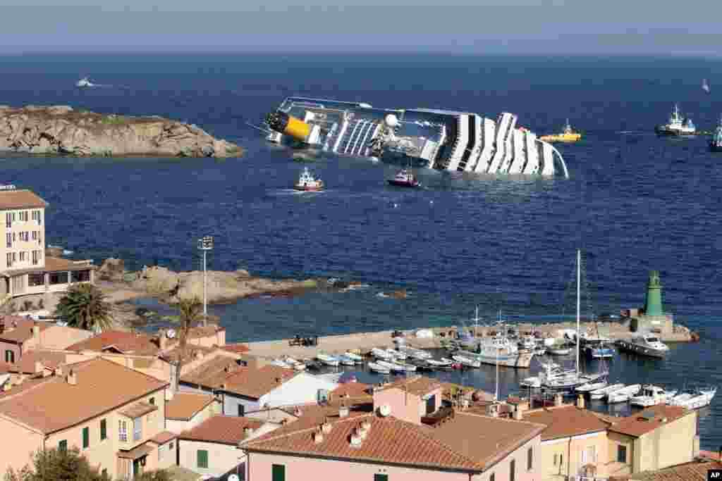 """امروز در تاریخ: سال ۲۰۱۲ – غرق شدن کشتی کروز """"کاستا کنکوردیا"""" در جزیره جیلیو در ایتالیا. این کشتی، بیش از ۴۰۰۰ مسافر داشت که ۳۰ نفر کشته شدند."""
