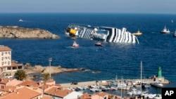 Naufrage du Costa Concordia après avoir heurté un rocher alors qu'il naviguait trop près des côtes de l'île du Giglio, au large de la Toscane, Italie, le 14 janvier 2012.