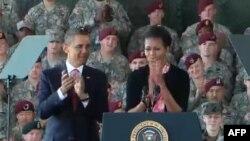 Tổng thống Obama và phu nhân đến thăm trại Fort Bragg, North Carolina, 14/12/2011