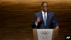 Presiden Senegal Macky Sall berpidato dalam sesi ke 133 Komite Olimpiade Internasional (IOC) di Buenos Aires, Argentina, 8 Oktober 2018.