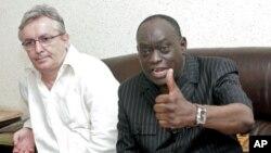 Les avocats de M. Habré, Francois Serres (à g.), et El Hadj Diouf (à dr.) lors d'une conférence de presse en juillet 2011