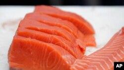 Un filete de salmón del rio Copper de Alaska: comer pescado ayuda al corazón, pero el aceite de pescado en cápsulas no hace diferencia.