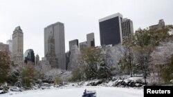 Más de cuatro pulgadas de nieve están en las calles y parques de Nueva York. Arrecia el frío.