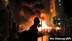 مظاہرین نے کئی شاہراہوں اور گلیوں میں آگ لگائی