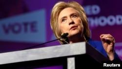 Hillary Clinton berpidato dalam sebuah acara di Washington DC hari Jumat (10/6).