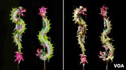 Cặp long thăng long giáng cắm que tre nặn theo phong cách đuôi nở hậu của triều Nguyễn đầu tiên năm Nhâm Thìn 2012 (trái), và cùng cặp này năm 2017 (phải). Bột nặn và phẩm mầu cổ truyền không giữ nguyên vẹn được lâu. (Hình: Trịnh Bách)