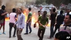 Partidarios de la Hermandad Musulmana bloquean calles con incendios durante enfrentamientos con fuerzas egipcias en El Cairo, el martes, 30 de junio de 2015.