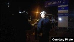 台湾驻南非代表陈忠当地时间8月7日晚在肯尼亚内罗毕机场对媒体发表声明。(台湾外交部提供)