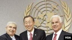 Sekjen PBB Ban Ki-moon diapit oleh Presiden Siprus Yunani, Demetris Christofias (kiri) dan pemimpin Siprus Turki Dervis Eroglu (kanan) dalam pembicaraan di New York, Kamis.