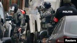 Cảnh sát tại hiện trường một hoạt động an ninh ở Molenbeek, Brussels, Bỉ, ngày 18 tháng 3 năm 2016.