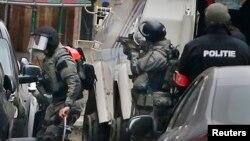 La policía belga durante el operativo de seguridad en el suburbio de Molenbeek en Bruselas donde fue arrestado el principal sospechoso de los ataques a París en noviembre de 2015.