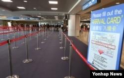 지난 3일 인천공항의 입국심사대가 텅 비어 있다. 중국 정부가 고고도 미사일 방어체계(THAAD·사드) 배치에 대한 보복으로 자국 여행사를 통해 중국인들의 한국 관광을 금지한 것으로 알려져 한국 관광업계에 비상이 걸렸다.
