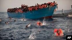 Des migrants entassés sur un bateau... Certains se sont jetés à la mer après avoir reçu un gilet de sauvetage pour tenter de rejoindre les secours, le 29 août 2016. (AP Photo/Emilio Morenatti)