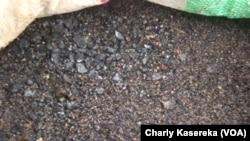Un sac plein de coltan, 2015. (VOA/Charly Kasereka)