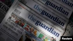 """伦敦街头报亭摆放的《卫报》,头版刊登着有关美英政府的""""负面消息""""。(2013年资料照)"""