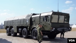今年8月俄罗斯武器出口展上的伊斯康德尔式战术导弹系统,俄罗斯已把这种先进导弹部署在俄中边境地区。(美国之音白桦拍摄)