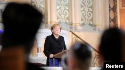 انگلا مرکل، صدراعظم آلمان، حین سخنرانی در یکی از کنیسه های یهودیان در شهر برلین آلمان