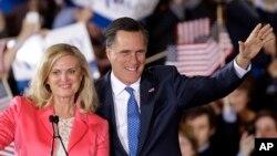 Ứng cử viên tổng thống của đảng Cộng hòa, cựu Thống đốc bang Massachusetts Mitt Romney và vợ vẫy chào các ủng hộ viên tại Boston, đêm thứ ba, ngày 6/3/2012