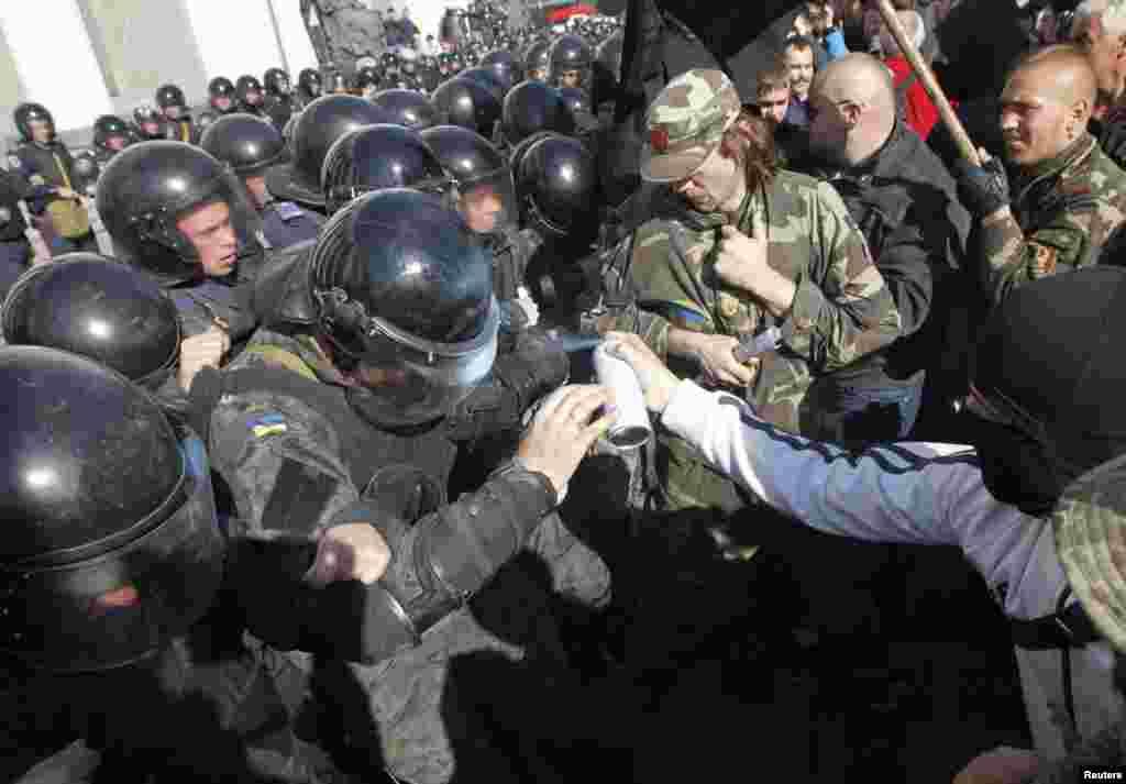 """Осудили дії """"провокаторів"""" і у """"Правому секторі"""" : """"Закликаємо усіх, хто знаходиться біля будівлі ВР, не піддаватись на провокації! Влада має багато помилок, але зараз не час радикальних дій!""""."""