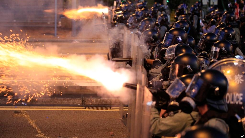 Cảnh sát bắn hơi cay vào người biểu tình ở Hong Kong hôm 28/7.