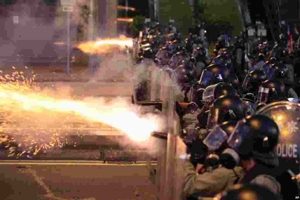 تظاهرات معترضان در هنگ کنگ ادامه دارد و پلیس به سمت آنها گاز اشک آور شلیک کرد.