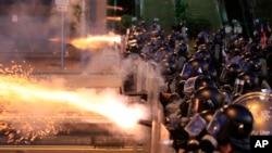 香港警察向抗议者释放催泪瓦斯。(2019年7月28日)