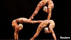 2013年2月28日太阳马戏团柔术艺术家在西班牙马德表演