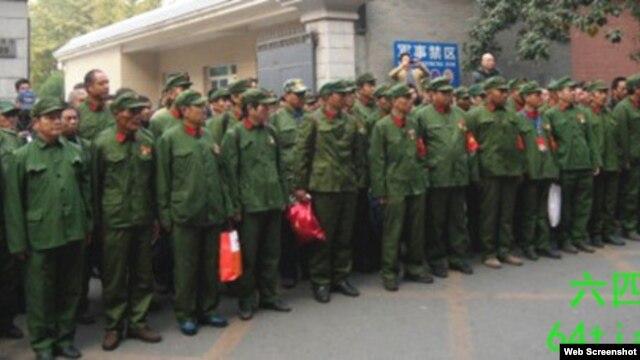 数百解放军退伍老兵10月31日到北京军委上访。(64天网图片)