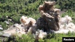 24일 북한이 함경북도 길주군 풍계리 핵실험장의 갱도를 폭파해 폐기했다. 관영 조선중앙통신이 배포한 폭파 장면 사진.