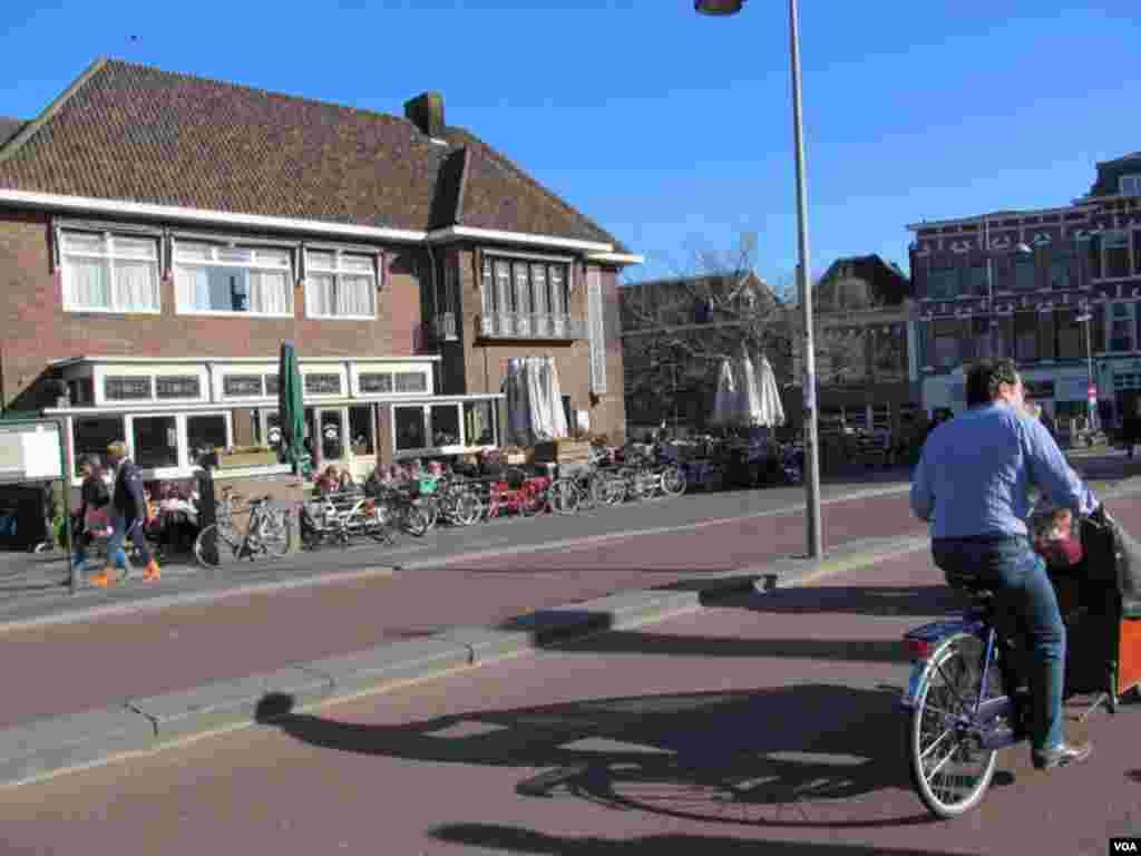 ایمسٹرڈیم میں شہری خوبصورت ماحول میں سائیکلنگ کرتے ہوئے