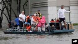 在美国第四大城市休斯顿,居民乘船撤离(2017年8月27日)