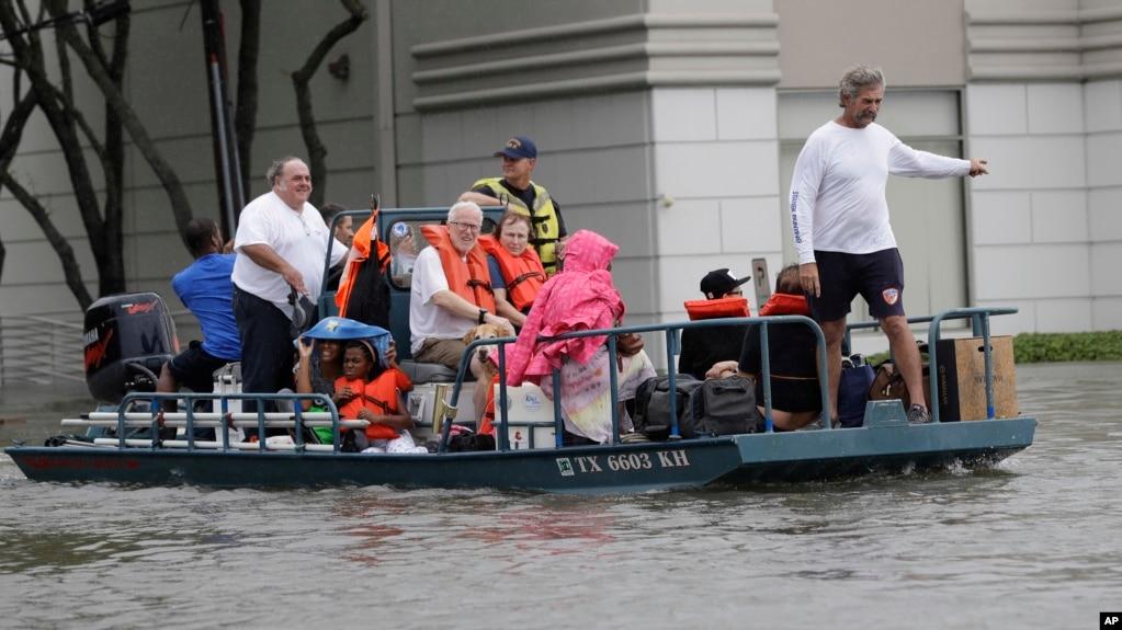 德州休斯顿的居民从因哈维飓风所影响的家里撤离(2017年8月27日)
