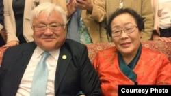 加州的国会众议员本田和慰安妇李龙秀合影(本田推特网页照片)