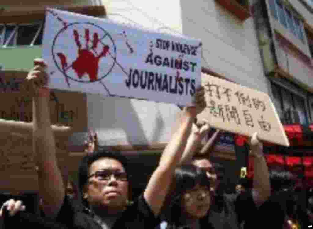 Anggota pers dalam aksi demonstrasi merayakan Hari Kebebasan Pers di Kuala Lumpur, Malaysia, 3 Mei 2012 (AP).