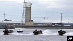 Polisi dan pasukan Angkatan Laut Inggris melakukan latihan bersama pengamanan Olimpiade di sungai Thames, London (foto: dok).